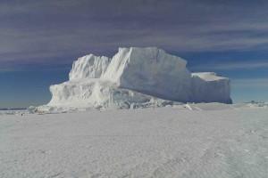 Ein Eisberg im Meereis.