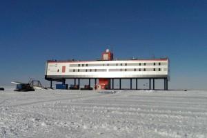 Die Neumayer-Station III am Nachmittag.