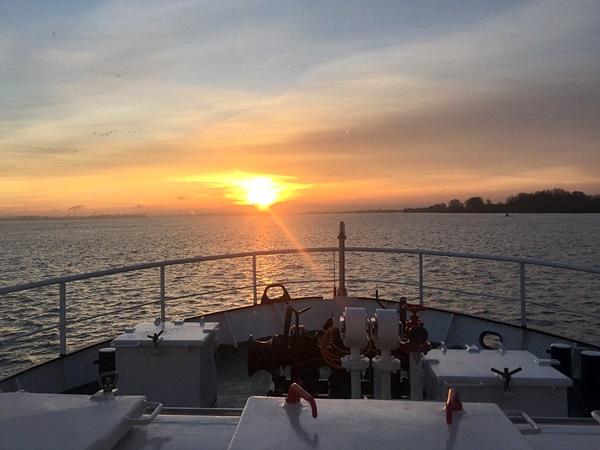 Foto vom Schiff mit Ausblick auf den Sonnenuntergang