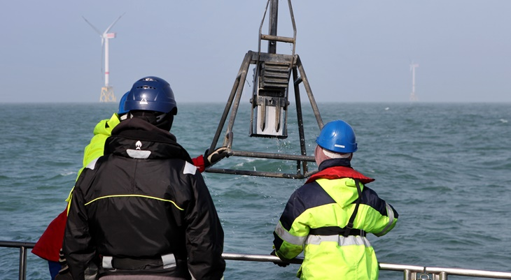 Sediment sampling with a box corer (Photo: Anna Reese / HZG)