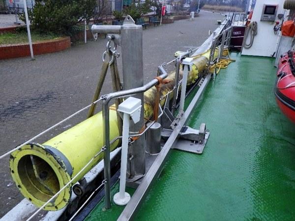 Teil des Messpfahls außenbord des Schiffs befestigt