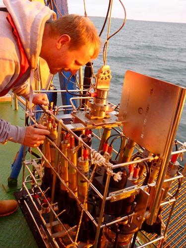 Mann mit Messgerät auf Schiff