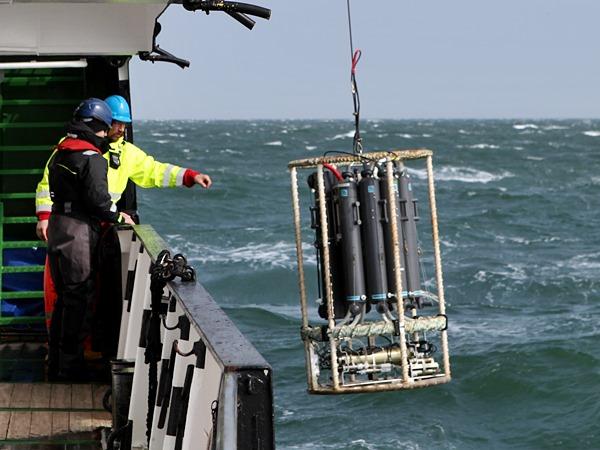 Messgerät wird vom Schiff ausgesetzt