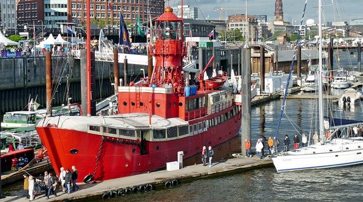 Hamburger Hafen mit Feuerschiff