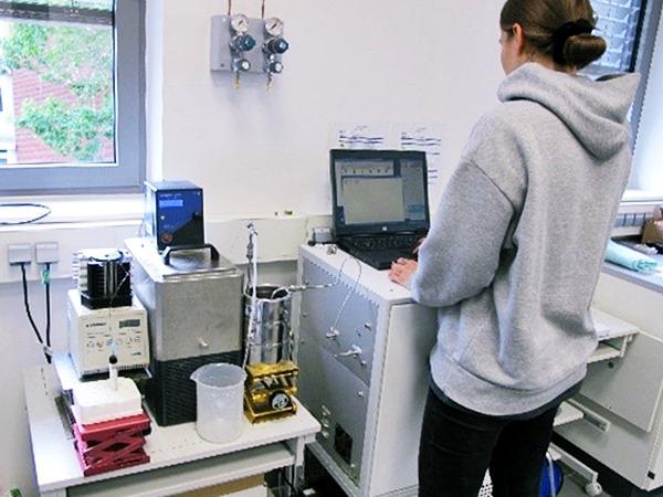 Mona arbeitet im Labor am Membran-Inlet-Massenspektrometer