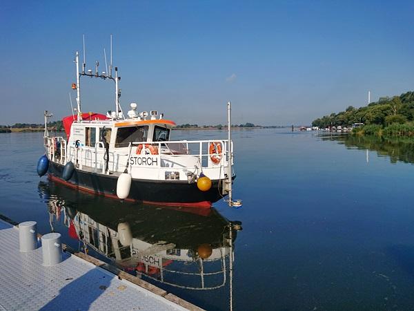 "Messboot ""Storch"" am Steg in Tesperhude"