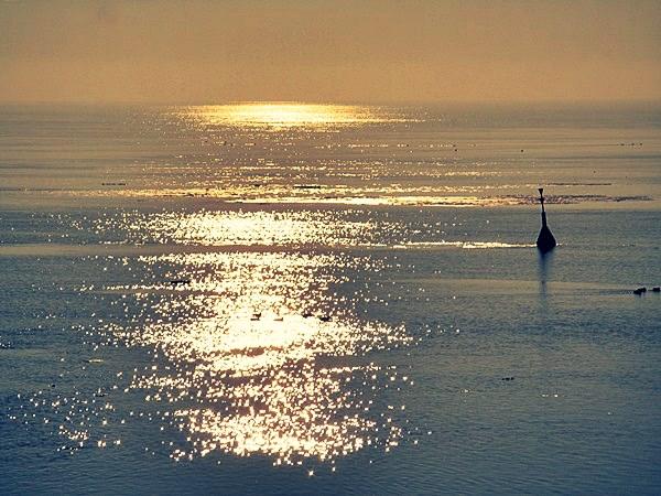 Sonnenspiegelungen auf dem Meer