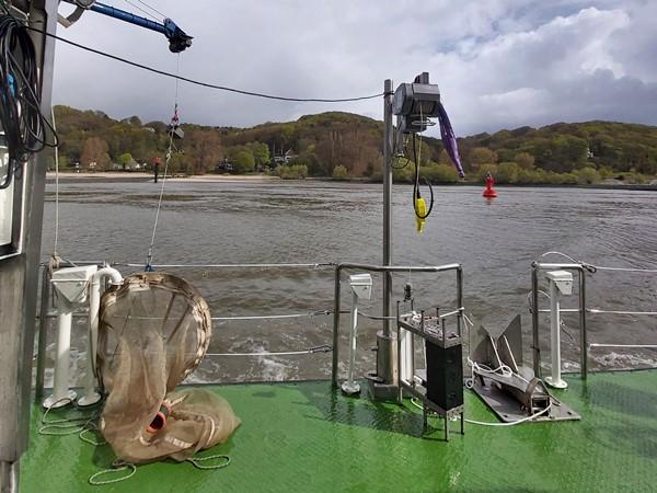 Planktonnetz und Wasserschöpfer an Bord des Schiffes