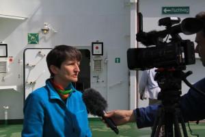 Fahrtleiterin Ilka Peeken vom Alfred-Wegener-Institut gibt auf dem Helikopterdeck noch ein Interview für NDR.de, bevor die Expedition startet.