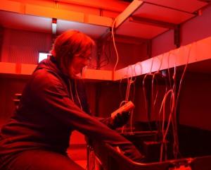 Natalie Morata arbeitet im Kühl- und Dunkellabor und bereitet ihre benthischen Inkubationskammern vor.  Foto: Allison Fong