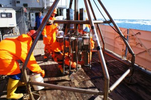 Sunny working atmosphere while retrieving the core liners from the Multi Corer. (Photo: Annegret Krandick)