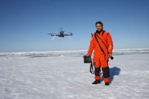 Sascha mit Multicopter. Foto: Tobias Mikschl