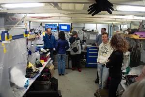 Austausch zwischen Healy- und Polarsternforschern im Labor auf Healy. Foto: Andreas Krell