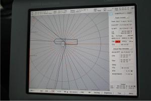 """Die Anzeige des """"Chartpilot"""" auf der Brücke am 7.9.2015 um 20:36 Uhr. Der Abstand der Linien für die geographische Breite ist 180 m. Foto: Moritz Langhinrichs"""