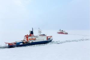 Polarstern und Healy am 7.8.2015 am Nordpol. Foto: Stefan Hendricks