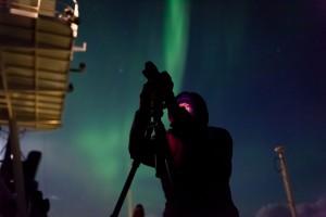 Mit dem Stativ auf Polarlichtjagd. Foto: Mario Hoppmann