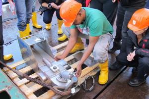 Preparing the Continuous Plancton Recorder. Photo: Philipp Wenta