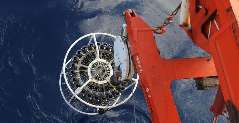 CTD und Rosette am Ampere Seamount. Foto: Laurent Poulain