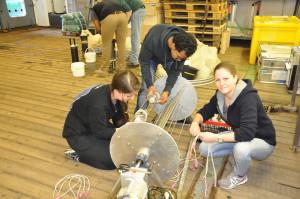 Die Studenten bestücken ein Planktonrad mit Probenflaschen. Foto: Rainer Knust