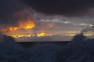 Die Sonne lugt noch einmal unter den Wolken hervor, bevor sie uns mit Wind und Wellen alleine lässt. Foto: Derya Seifert