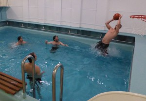 Wasserball im bordeigenen Pool. Foto: Rolf Zentek