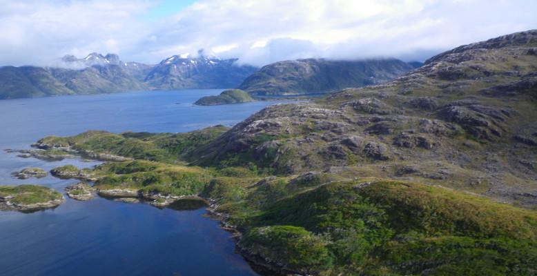 Wir erreichen die steinige Küste der Chilenischen Westfjorde, die überwiegend durch glaziale Prozesse geprägt wurde. Foto: Max Zundel