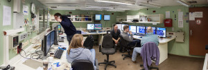 Station work in the hydroacoustic lab. Chief scientist Frank Lamy (AWI) at the telephone, Svenja Papenmeier (AWI Sylt), Helge Arz (IOW), Sjard Stratmann (Uni Hamburg) and Dirk Nürnberg (GEOMAR). Photo: Thomas Ronge