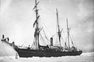 Shackletons Schiff Nimrod (ähnlich der Endurance) im Eis. (S4F Nr. 31/ADP). Quelle: Archiv für deutsche Polarforschung