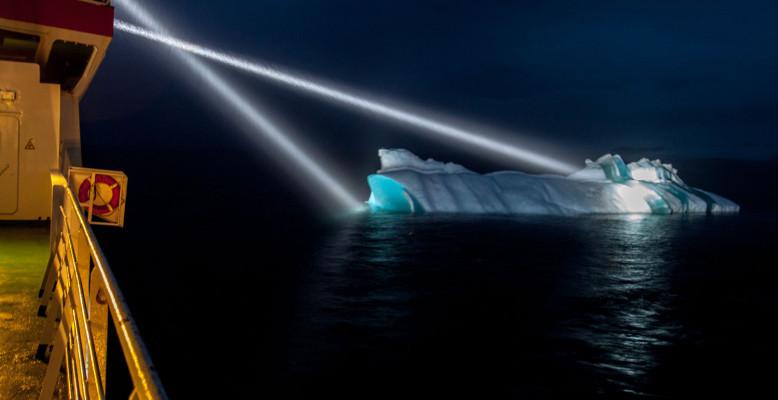 Eisberg nahe des Schiffes während einer geologischen Station. Foto: Thomas Ronge