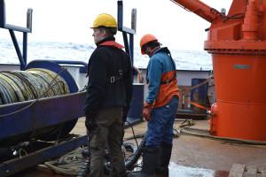 Sjard Stratmann (Uni Hamburg) und Gaston Kreps (CONICET) überwachen das Ausbringen des Streamers (Foto: Juliane Müller/AWI)