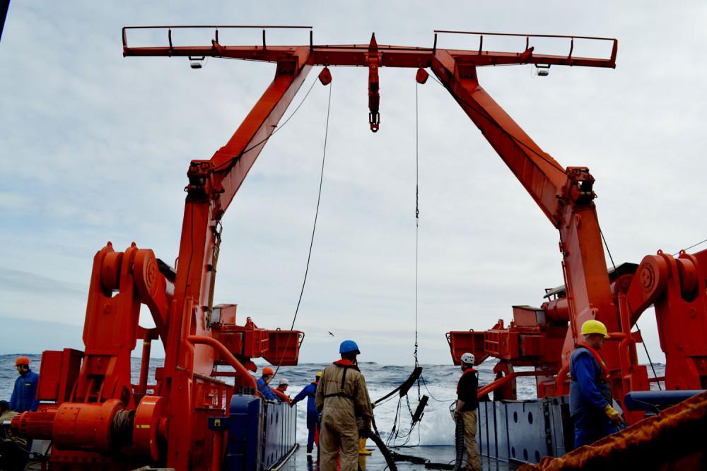 Die air gun wird über den A-Rahmen ausgebracht. (Foto: Juliane Müller/AWI)