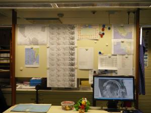 Die Wetterpinnwand der Meteorologen mit der Wetterlage am 30. März 2016. Von links nach rechts: Aktuelle Luftdruck Systeme, mehrtägige Wettervorschau, Photos aller Wissenschaftler, geplante Polarstern route, Stationsplan und aktuelles Satelliten Bild auf dem Computer. (Foto: Alessa J. Geiger, Univ. Glasgow)