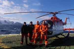 Das Hubschrauber Team (von links nach rechts: Mark Rothenburg, Roland Richter, Harold de Jager, Lars Vaupel) vor der Gibbs Insel, Antarktis (Foto: Alessa J. Geiger, Univ. Glasgow).