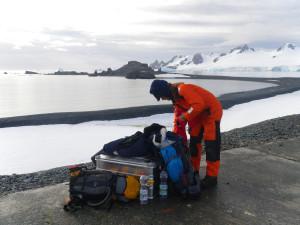 Max Zundel (Univ. Bremen) auf der Halb Mond Insel bei der Überprüfung der Überlebensausrüstung. (Foto: Alessa J. Geiger, Univ. Glasgow).