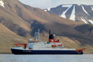 Polarstern vor der Küste Spitzbergens. Foto: Sebastian Menze