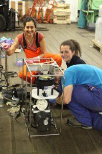 Mine, Josephine, Stefan und Pumpe Frankie bei der Programmierung für den ersten Einsatz in 2500m Tiefe. Foto: Eduard Fadeev
