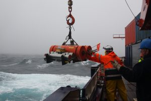 AWI geophysicists deploy Ocean Bottom Seismometres (OBS) from board Polarstern (archive). Photo: Folke Mehrtens