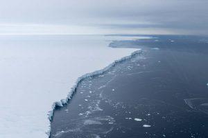 Luftaufnahme des Pine Island Gletschers und seiner Schelfeiskante. Foto: Alfred-Wegener-Institut / Thomas Ronge