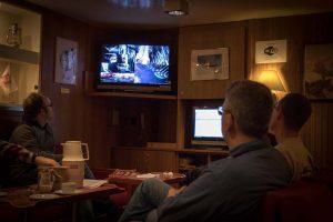Wissenschaftler beobachten im roten Salon den Livestream, den MeBo aus einer Wassertiefe von ca. 1000m nach oben schickt. Foto: Thomas Ronge