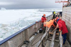 Geologen während der Bearbeitung des Schwerelotes. Foto: Thomas Ronge