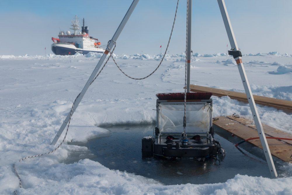 Der Tauchroboter, das Untereis-ROV Beast, vor dem Tauchgang unter das Meereis mit dem neuen ROV-Netz. Im Hintergrund liegt Polarstern an der Scholle (Foto: Marcel Nicolaus).