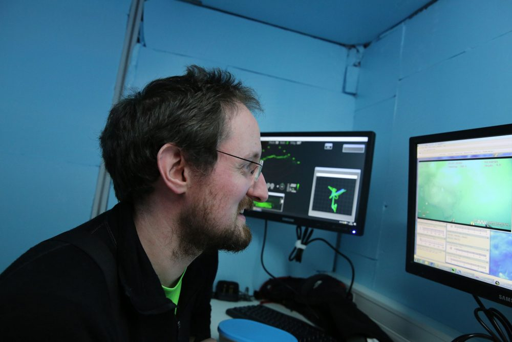 Christian Katlein operating the remotely operarted vehicle ROV called Beast. (Photo: Alfred-Wegener-Institut / Folke Mehrtens (CC-BY 4.0))