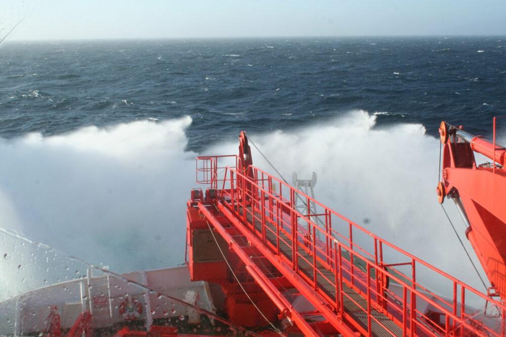Sicht von der Brücke auf die Wellen (Foto: Klara Köhler)