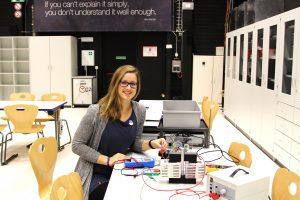 Julia Woithe vermittelt am Schülerlabor des CERN den Forschern von morgen Teilchenphysik. Foto: Privat