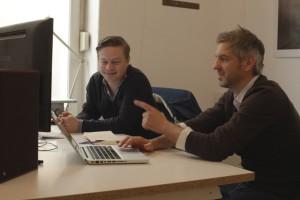 Gunther Kreis (links) und Tobias Hülswitt sichten das Filmmaterial. Foto: Gunther Kreis