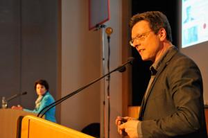 Dr. Stefan Münker (im Vordergrund) und Prof. Petra Grimm (im Hintergrund) müssen sich der Wahl durch das Publikum stellen. Foto: Helmholtz-Gemeinschaft / Udo Beier
