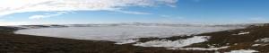 Der See auf Kurungnakh... Wer genau hinschaut, sieht unsere Plattform als einen kleinen schwarzen Punkt (Foto: D. Franz)