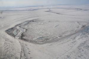 Samoylov von oben. Hinten erkennt man die Forschungsstation. Foto: T. Sachs