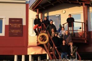 Gruppenfoto vor der Station. Von oben nach unten: (li): Norman, Maria, Katrin, Sascha, Antje, Eric, Torsten, (re): Andrei, Gulnara, Ben, Sascha. Foto: T. Sachs
