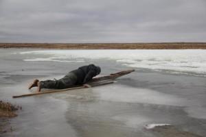 Sascha überquert erfolgreich das dünnere Eis am Rand des Sees. Foto: K. Kohnert